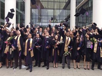 セゲド大学卒業式の集合写真