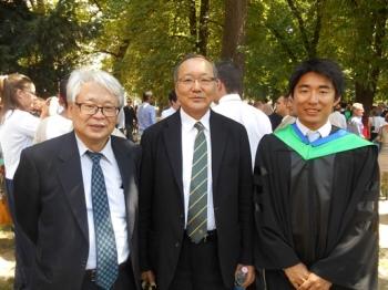 ペーチ大学卒業式にて。左から木曽顧問、岩尾理事、卒業生の神野君