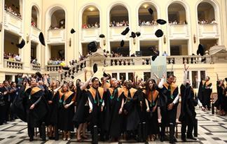 デブレツェン大学卒業式の模様